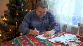 Het schrijven van een brief met Kerstmisgroeten stock videobeelden
