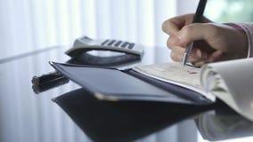 Het schrijven van een cheque stock video