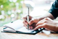 Het schrijven van een dagboek royalty-vrije stock afbeeldingen