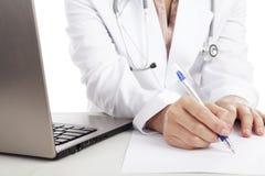 Het schrijven van een medisch rapport Stock Fotografie