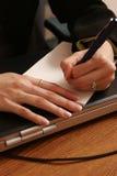 Het schrijven van een nota. stock afbeelding