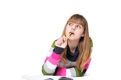 Het schrijven van het dromen leggend tienermeisje Stock Foto's