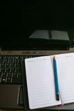 Het schrijven van hulpmiddel op computerlaptop Royalty-vrije Stock Afbeelding
