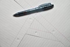 Het schrijven van pen bovenop verscheidene bladen van document Stock Afbeelding