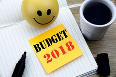 Het schrijven van tekst die Begroting 2018 tonen Bedrijfsconcept voor Huishouden die boekhouding in de begroting opnemen die gesc Stock Afbeeldingen