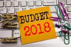 Het schrijven van tekst die Begroting 2018 tonen Bedrijfsconcept voor Huishouden die boekhouding planning geschreven op kleverig  Royalty-vrije Stock Afbeelding