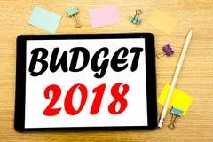 Het schrijven van tekst die Begroting 2018 tonen Bedrijfsconcept voor Huishouden die boekhouding planning Geschreven op tabletlap Royalty-vrije Stock Afbeeldingen