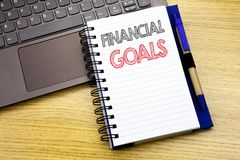 Het schrijven van tekst die Financiële Doelstellingen tonen Bedrijfsdieconcept voor het Plan van het Inkomensgeld op notitieboekj stock foto