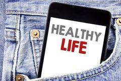 Het schrijven van tekst die het Gezonde Leven tonen Het bedrijfsconcept voor Goede die Natuurlijke voeding op smartphone van de c royalty-vrije stock afbeeldingen