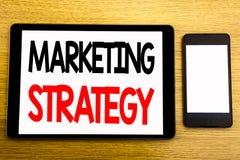Het schrijven van tekst die Marketing Strategie tonen Bedrijfsconcept voor Succes Digitaal die Plan op tabletlaptop wordt geschre Stock Afbeelding
