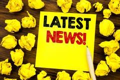 Het schrijven van tekst die Recentste Nieuws tonen Bedrijfsconcept voor Vers Huidig Nieuw die Verhaal op kleverig notadocument wo stock afbeelding