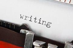 Het schrijven van tekst op retro schrijfmachine Royalty-vrije Stock Afbeeldingen