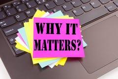 Het schrijven Vraag waarom het tekst van belang is maakte in bureauclose-up op laptop computertoetsenbord Bedrijfsconcept voor Mo stock afbeelding
