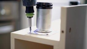Het schroeven van de schroef in de lijstoppervlakte met een schroevedraaier Close-up stock videobeelden