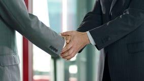 Het Schudden van Businesspeople Handen stock video