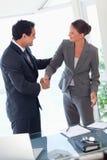 Het schudden van de partner handen na het sluiten van een overeenkomst Royalty-vrije Stock Afbeeldingen