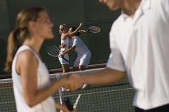 Het Schudden van de Speler van het tennis Handen royalty-vrije stock afbeelding