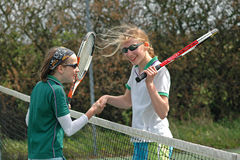 Het schudden van handen na een spel van tennis stock foto's