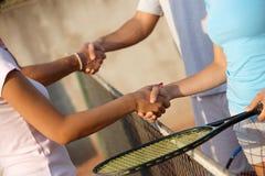 Het schudden van handen op tennisbaan Royalty-vrije Stock Foto's