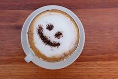 Het schuim of de chocolade die van de koffiecappuccino gelukkig gezicht glimlachen Royalty-vrije Stock Afbeelding
