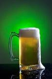 Schuimende mok bier. Stock Afbeeldingen