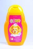 Het schuim van de babyshampoo voor de JONGE GEITJES van badavon met het aroma van watermeloen en kiwi Royalty-vrije Stock Foto's