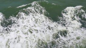 Het schuim verlaten als schip gaat, bekijkt oceaanniveau van veerboot door stock videobeelden