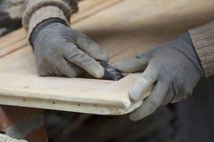 Het schurende hout van de mens royalty-vrije stock afbeeldingen