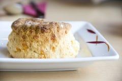 Het scone van de kaas op witte plaat Stock Afbeelding
