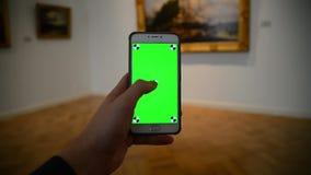 Het scrollen beelden op een groene achtergrond in de galerij van het kunstmuseum stock footage