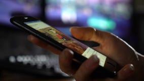 Het scrollen van sociale netwerken op uw smartphone Het doorbladeren van Internet stock footage