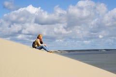 Het seatting van de vrouw op het strand royalty-vrije stock afbeelding