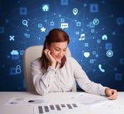 Het secretaressewerk met multitaskconcept stock afbeeldingen