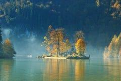 Het seizoen van de herfst op meer Konigssee royalty-vrije stock afbeelding
