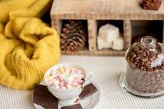 Het seizoengebonden concept van de de herfstmanier, gele warme zachte comfortabele van de de sjaalkop van de sweatercardigan Skan royalty-vrije stock fotografie