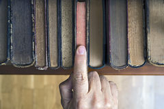 Het selecteren van een boek stock afbeeldingen