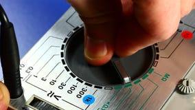 Het selecteren van functie op analoog meetinstrument stock video