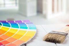 het selecteren van verfkleur voor huisbinnenland royalty-vrije stock afbeelding