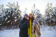 het selectieve nadruksterretje in handen van de jonge mooie mens en de vrouw vieren de wintervakantie royalty-vrije stock foto