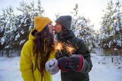 Het selectieve nadruksterretje in handen van het jonge mooie man en vrouwen kussen en viert de wintervakantie royalty-vrije stock fotografie