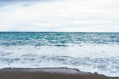Het selectieve schuim van nadruk Zachte golven in de blauwe oceaankust van Italië, summe royalty-vrije stock afbeelding