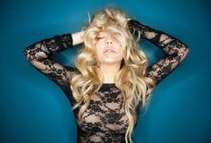 Het sensuele blondevrouw stellen Stock Foto