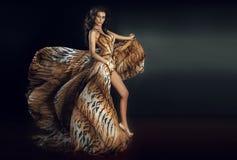 Het sensuele donkerbruine vrouw stellen stock afbeelding