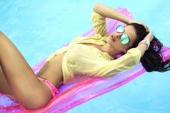 Het sensuele donkerbruine vrouw zonnebaden Royalty-vrije Stock Afbeeldingen