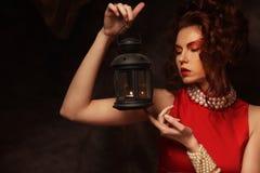 Het sensuele mooie donkerbruine vrouw stellen in rode kleding Stock Afbeeldingen