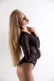 Het sensuele mooie vrouw stellen in zwarte bodysuit Royalty-vrije Stock Afbeeldingen