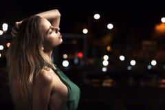 Het sensuele vrouw stellen bij nacht Stock Afbeeldingen