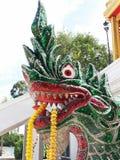 Het serpentstandbeeld in Tempel beschermt Boeddhisme stock foto's