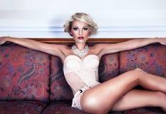 Het sexy aantrekkelijke vrouw stellen in lingerie Royalty-vrije Stock Afbeeldingen
