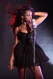 Het sexy Afrikaanse Amerikaanse meisje zingen op stadium Royalty-vrije Stock Fotografie
